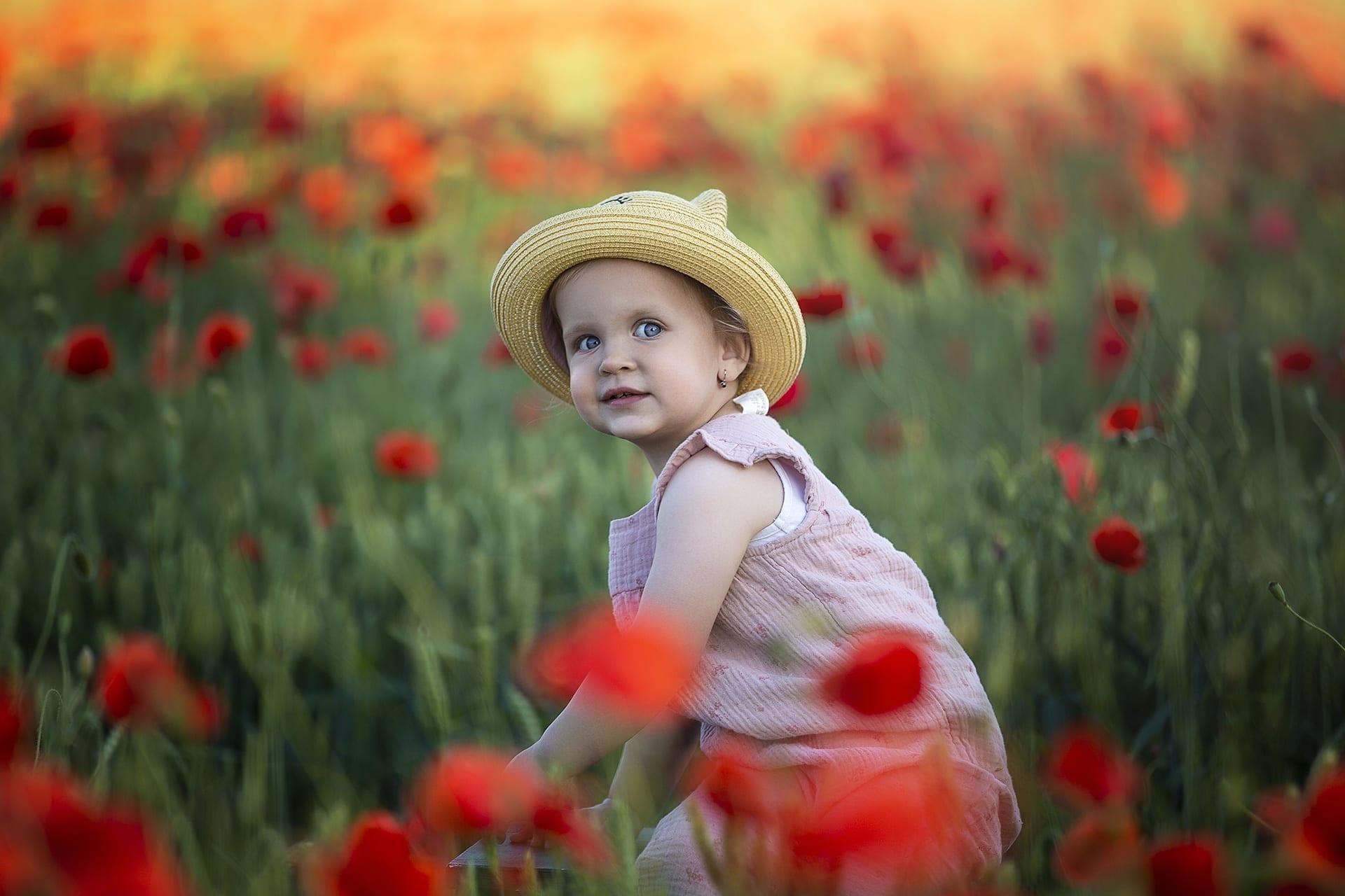 Nyári gyermek fotózás pipacsok között