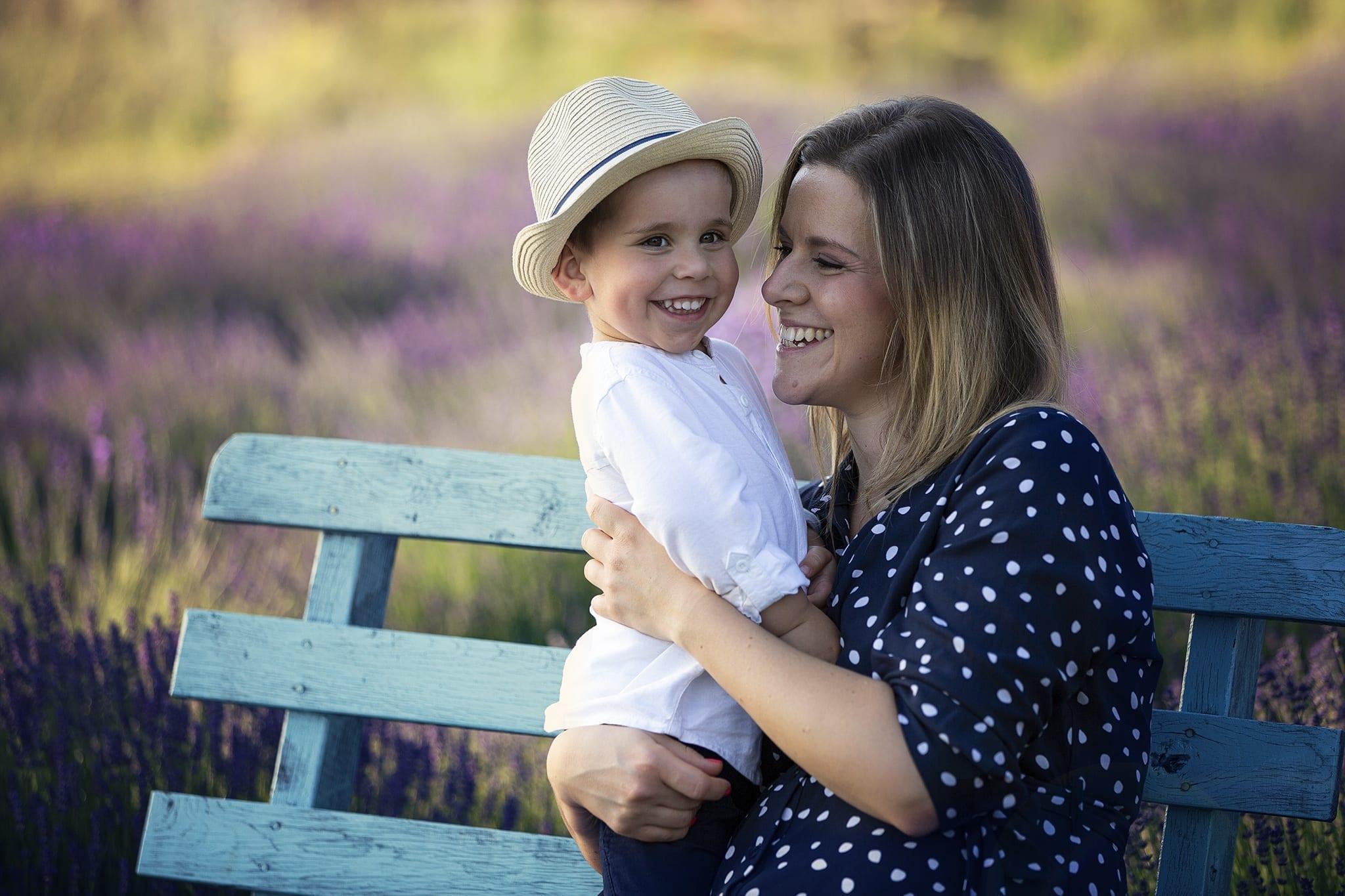 Mosolygós gyermek fotózás a levendulamező közepén