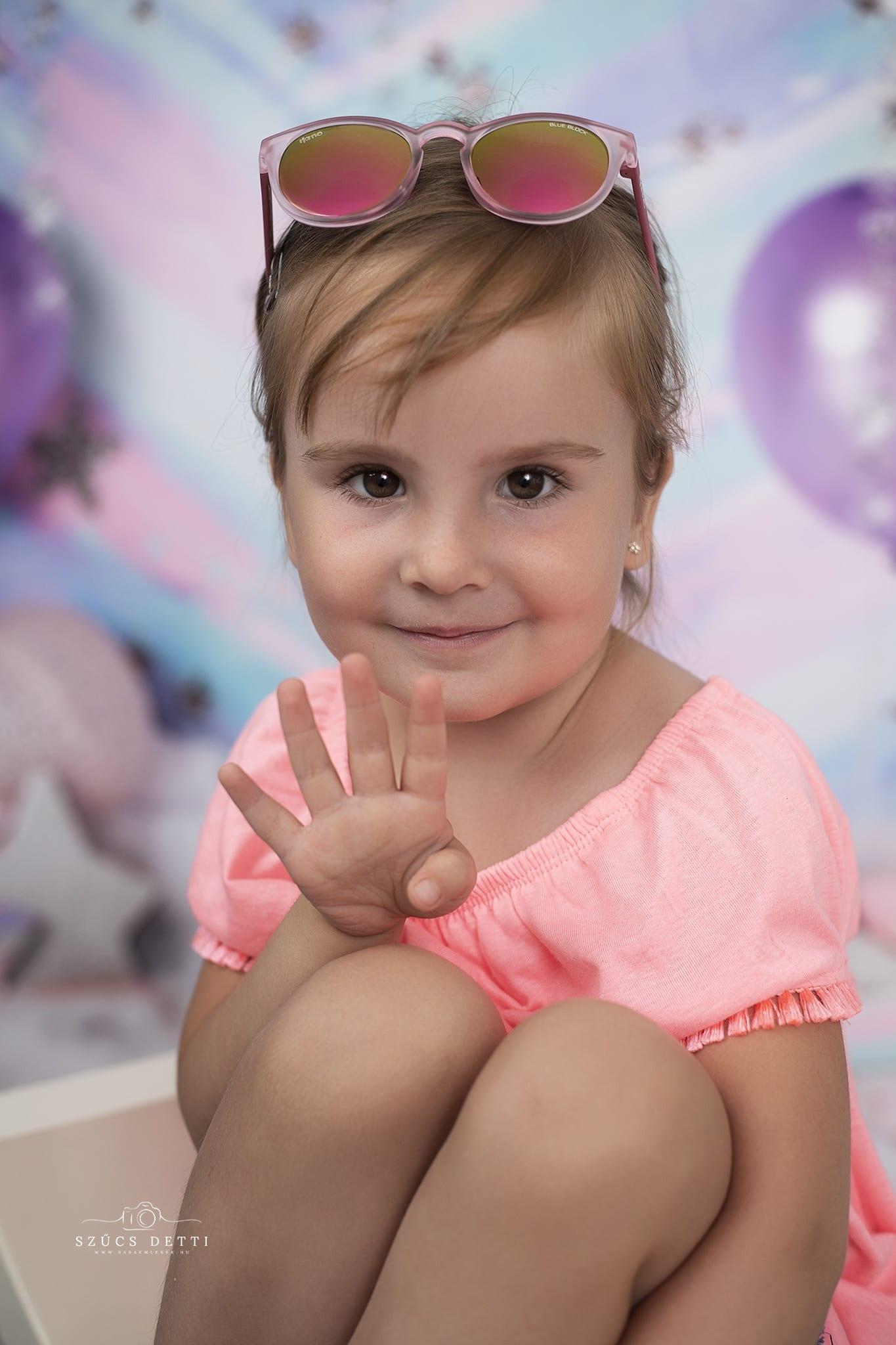 Emma 4 éves lett, szülinapi gyermekfotózással ünnepelte