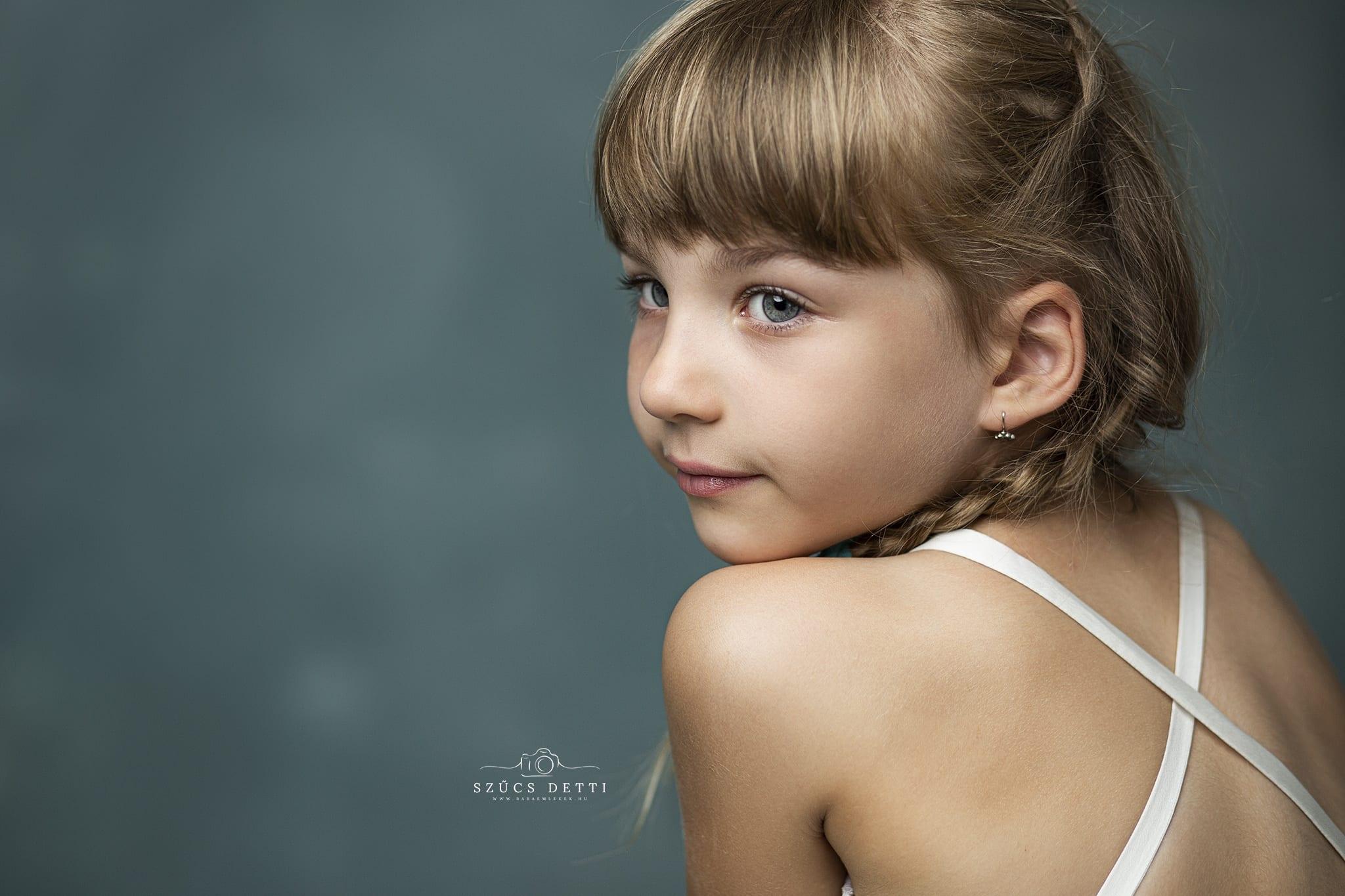 Dorka gyönyörű gyermek fotózása jégvarázsos ruhában