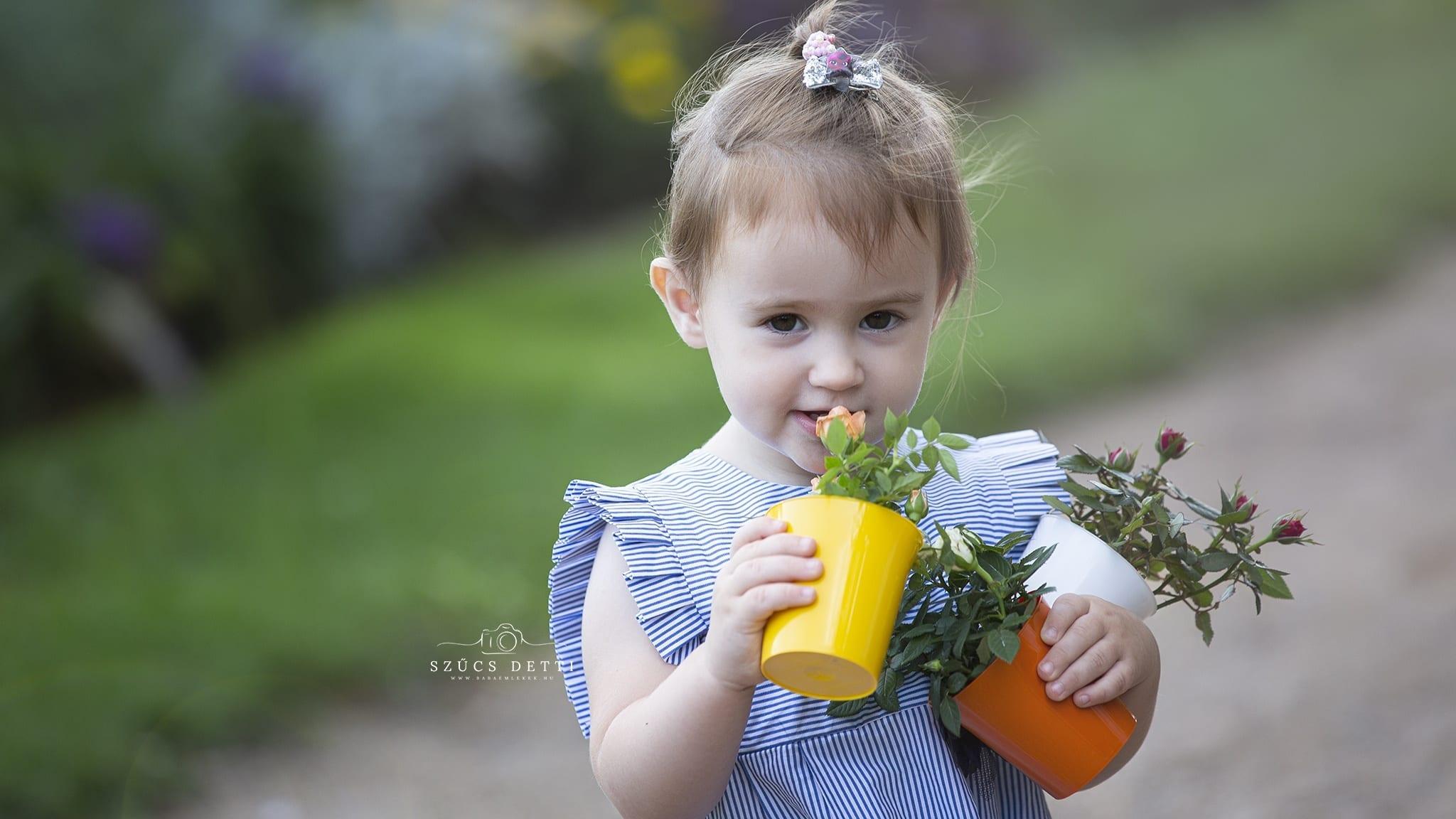 Virágos kültéri gyermekfotózás nyáron