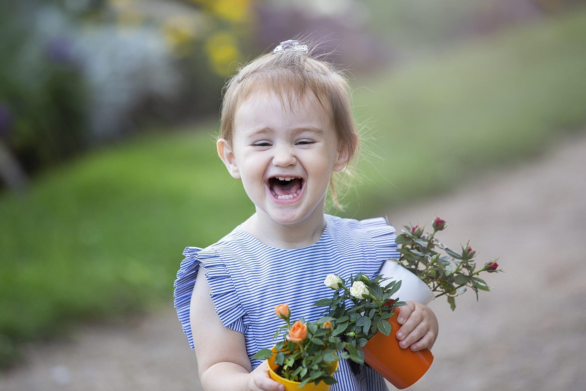 Emily virágos vidám gyermekfotózása