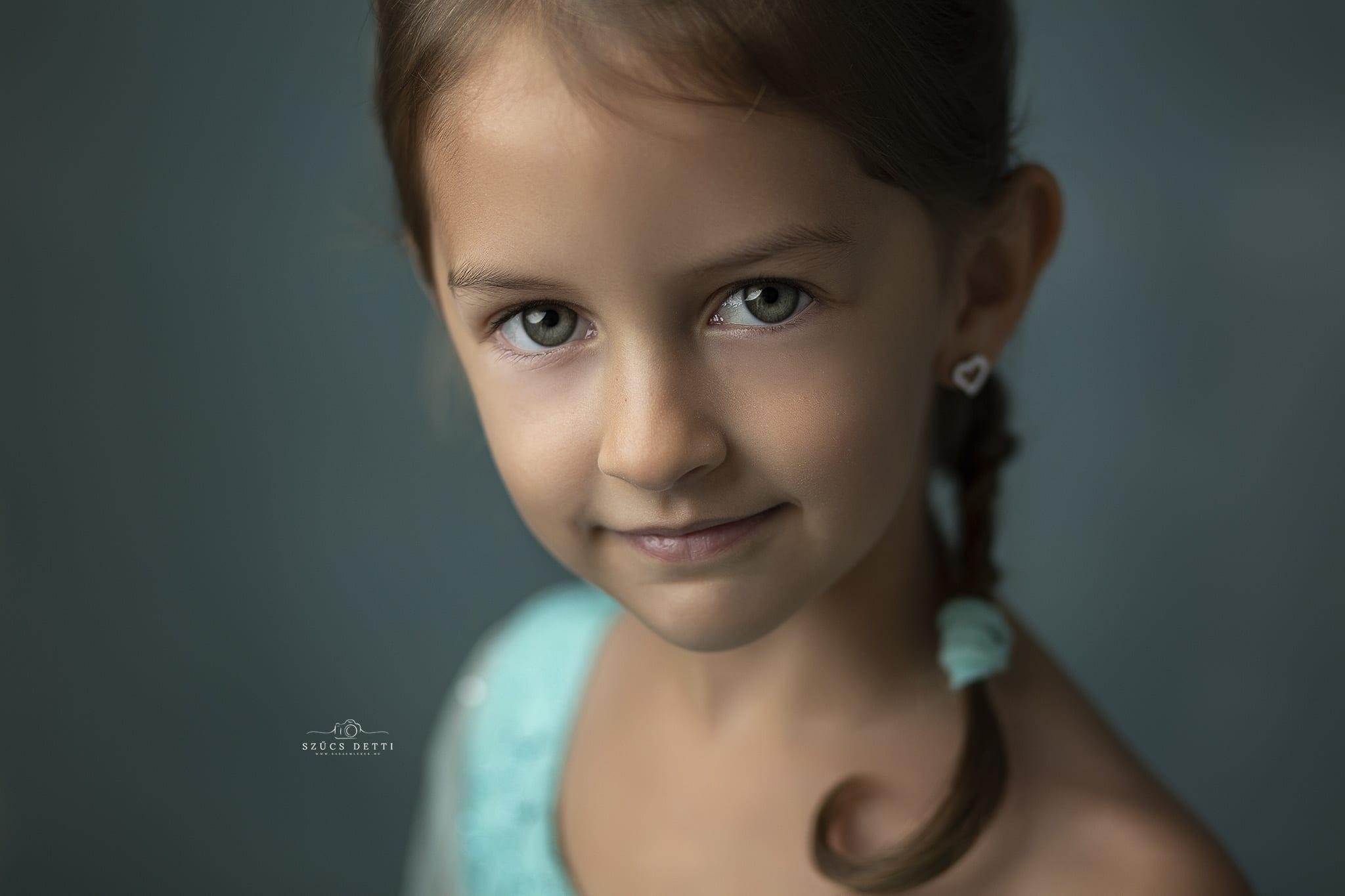 Gyerek portréfotó készítése budapesti műteremben