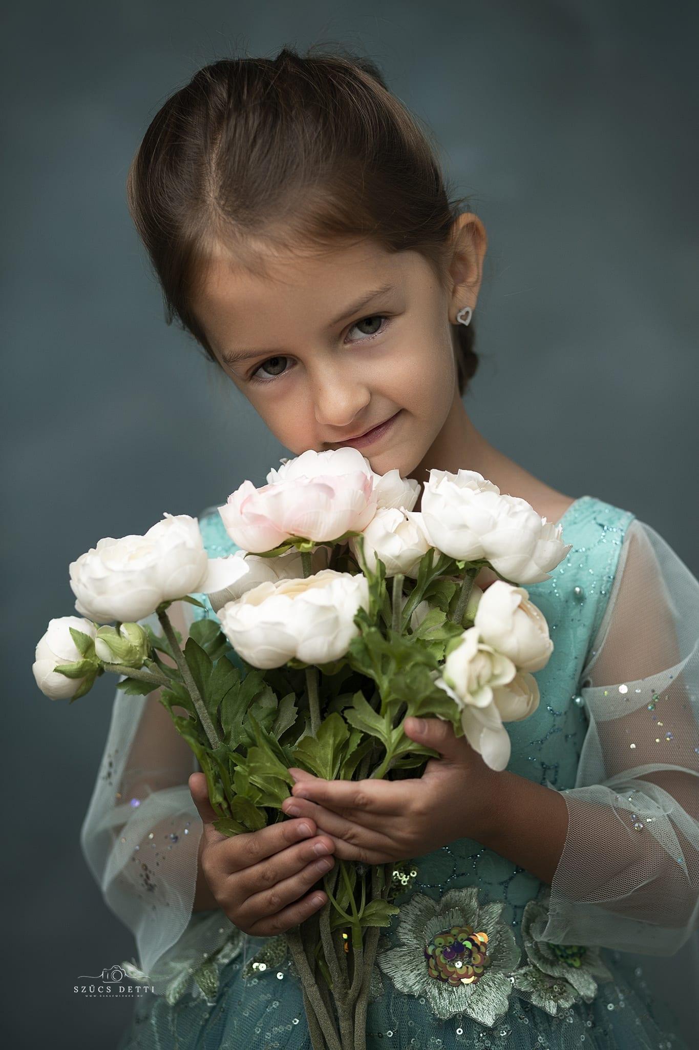 Gyerek portréfotózás virággal Budapesti fotóstúdióban