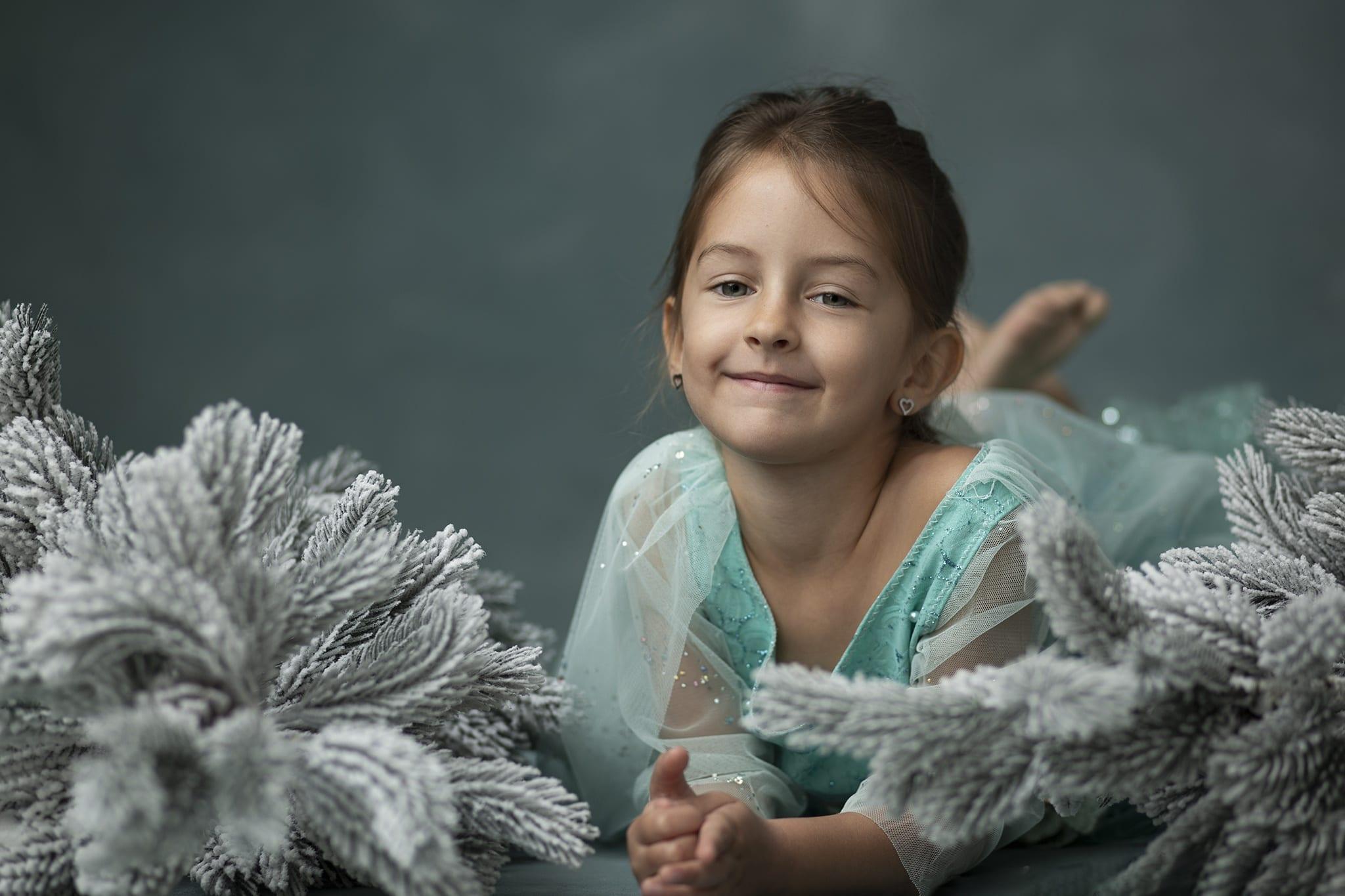 Hercegnős ruhában készült szülinapi gyernekfotózás budapesti műteremben