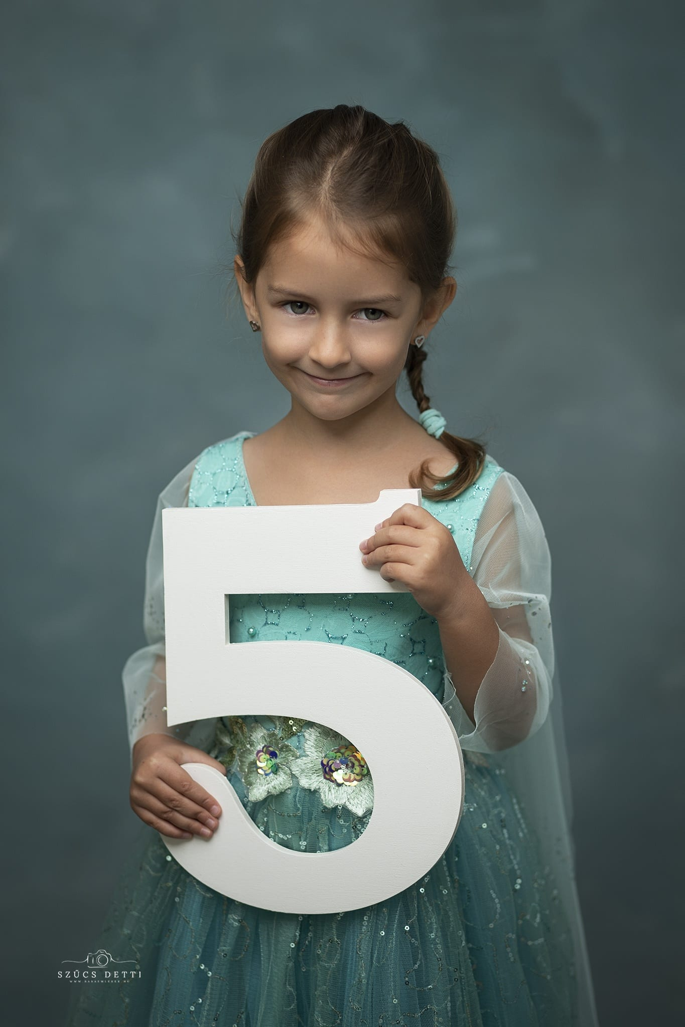 5 éves szülinapi gyermekfotózás budapesti fotóstúdióban
