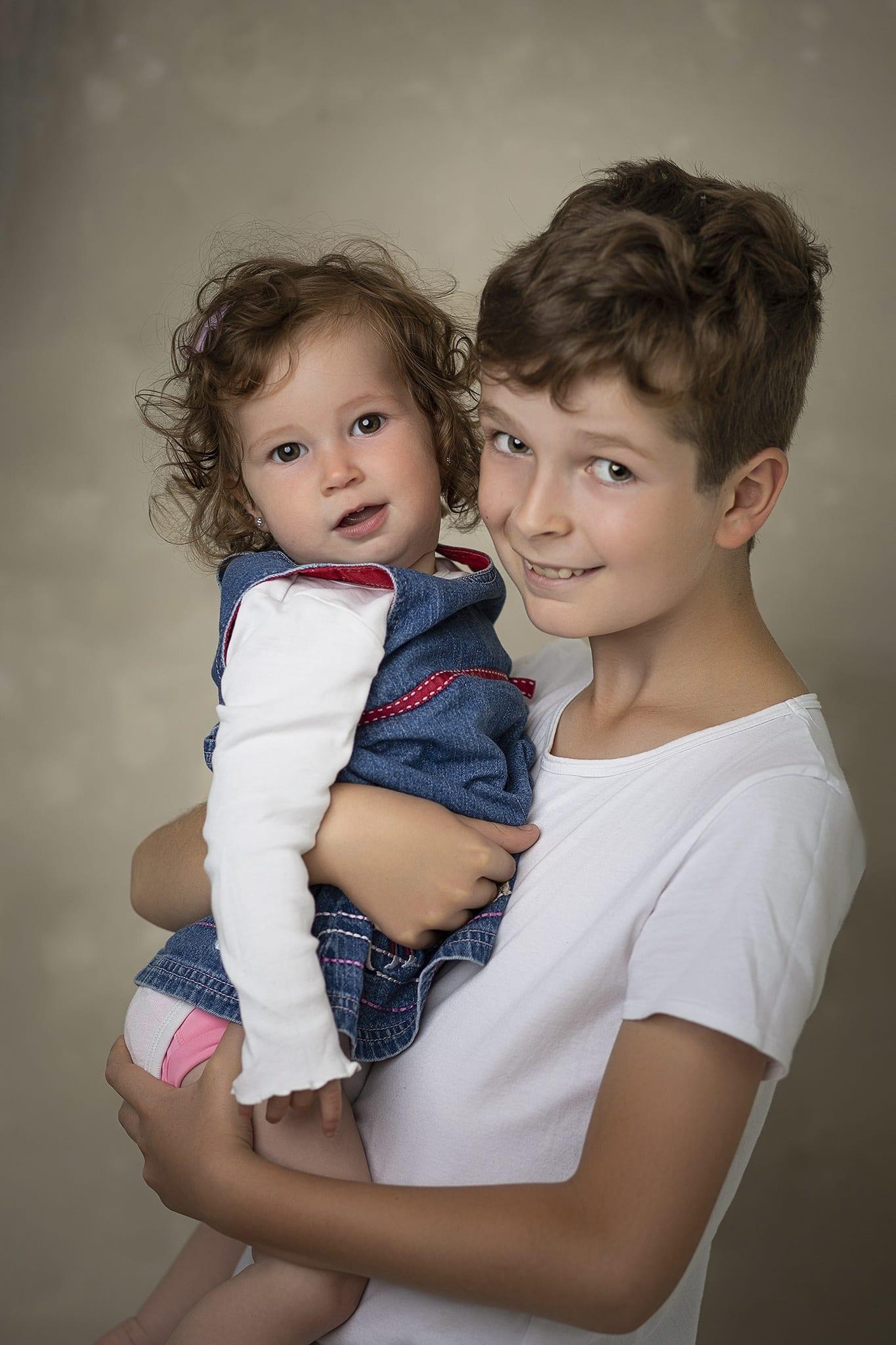Testvérfotózás és családi fotózás egy időben budapesti műteremben