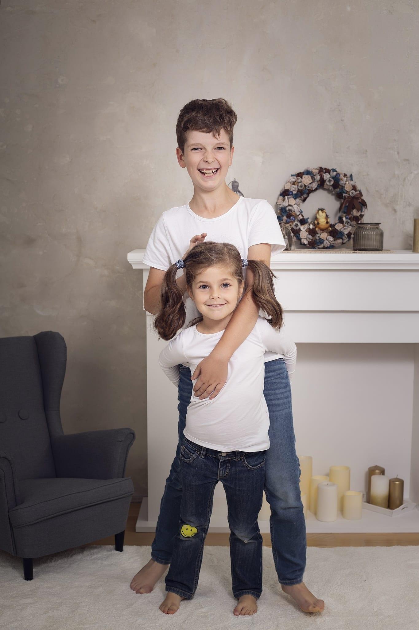 Családi képek és kreatív testvérfotózás budapesti stúdióban